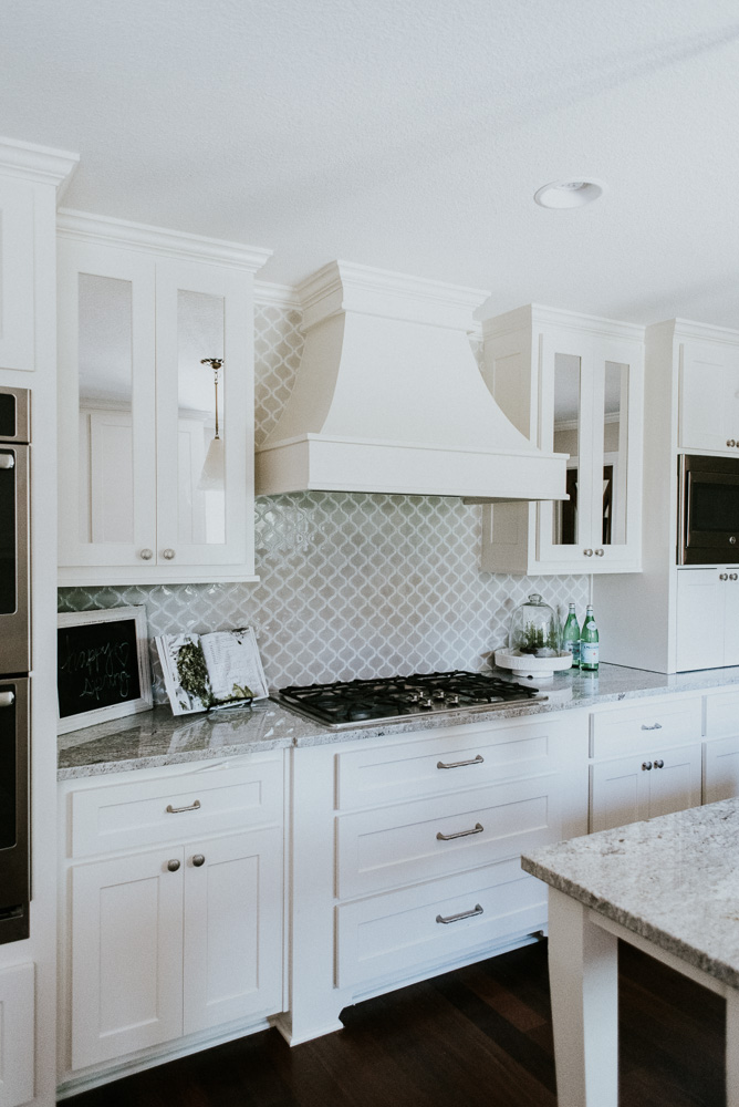 Kitchen-decor-range-hood-backsplash
